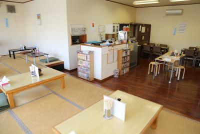 明るく広々とした店内。座敷とテーブル席がある