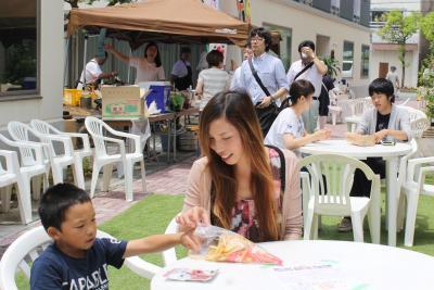 歩行者天国でテラス席が設けられた松川横丁。買い物帰りの人々をもてなした