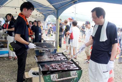 鯨肉の炭火焼きは今年も大好評
