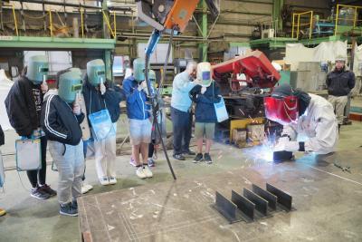 卓越した溶接技術に驚き  蛇田小 宮富士工業で産業見学