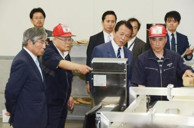 麻生副総理が石巻視察 魚市場や新蛇田で復興確認 現場の要望に耳傾ける