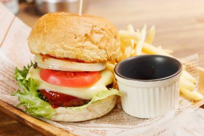 バーガーショップUnderLiner ジャンクになりたい時には 5種類の特色バーガー 大きな口でがぶりと!