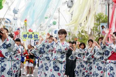 大漁踊り 祭り象徴する音と舞 16団体700人が袖揺らす