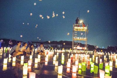 鎮魂と慰霊を込めた灯りが会場を優しく照らし、空にもランタンが舞った