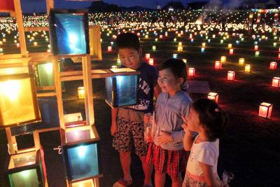 幻想的な和渕夏祭り 優しく淡い光のじゅうたん 6500個の陸上灯ろう