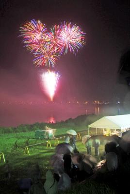 送り盆の伝統行事 鳴瀬流灯花火大会 雨の中でも色鮮やかに