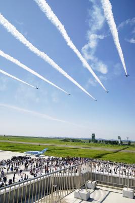 松島基地 7年ぶり航空祭 待ちかねたファン4万3千人 復興へ導く希望のスモーク