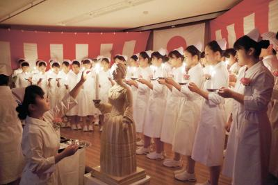 慈愛の灯を手にした学生たち