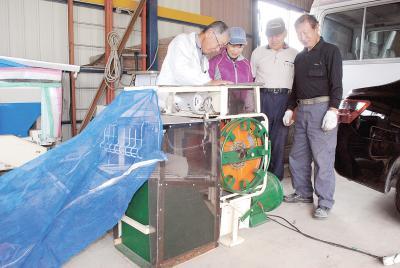 枝豆の農作業に活用する機械と開発した佐々木さん(写真右)