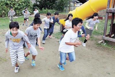 【やすみじかん】貞山小学校 下級生巻き込んで鬼ごっこ 教室で「お絵描き合戦」