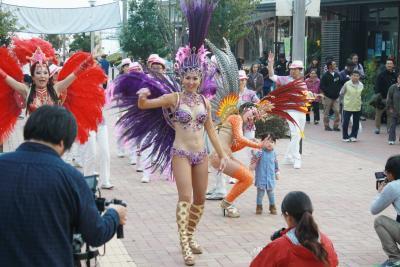女川で情熱のパレード サンバチーム「アレグリア」 町民も踊って深まる交流