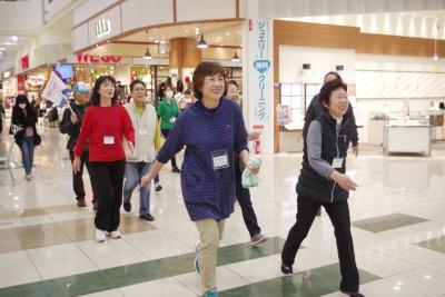 イオンがウオーキング会場に 全天候型の快適コース 利用者増で店にもプラス 月1度歩き方教室開催
