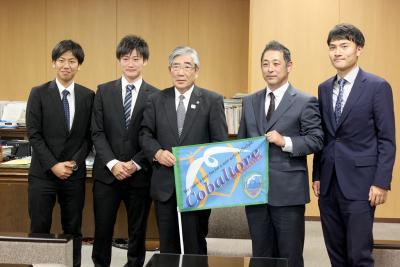コバルトーレ女川 亀山市長を表敬訪問 負ける気は一切ない 選手、監督が必勝誓う