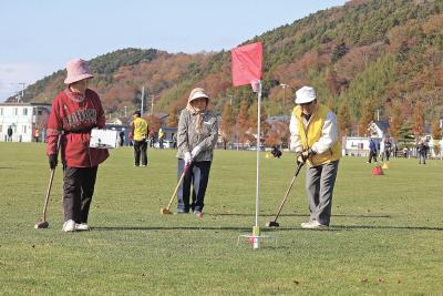 石巻日日新聞社主催 交流グラウンド・ゴルフ大会 秋空に響く歓声と快音 和気あいあいと全力プレー