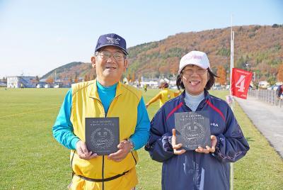 交流グラウンド・ゴルフ大会 140人笑顔ではつらつプレー 鈴木さん、高野さんが優勝