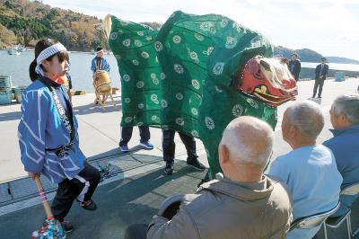 荻浜中学校 元気な獅子舞で届ける力 カキむき最盛期の浜で披露