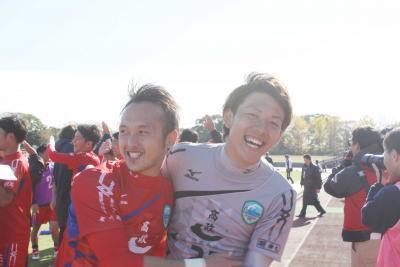 サドンデスの最後のキッカーとして試合を決めた成田主将(左)と守護神GK近嵐選手
