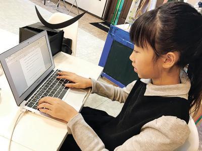 現代人はキーボードを使用して、消したり、コピーしたり、移動したり、考えながら書くことができる。