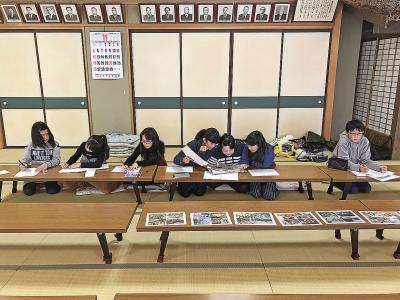 茶室もある和室「稽古庵」で歴代の校長先生たちに見守られながら記事作成