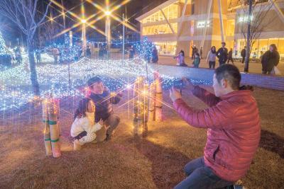 女川駅前 海ぼたる 点灯式でにぎやか開幕 キラキラ 港町の夜景に彩り