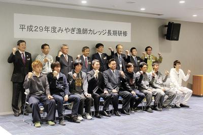 村井知事と面談した漁師カレッジの受講生たち(女川魚市場)