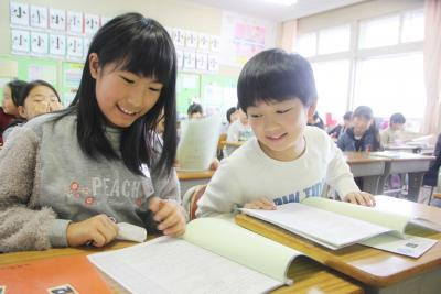 小中学校 2学期終業式 通信表にドッキドキ あすから楽しい冬休み