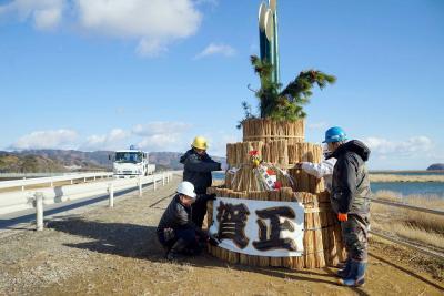 【年の瀬スナップ】石巻市北上地区 新年を待つジャンボ門松 7年ぶり元の場所に設置