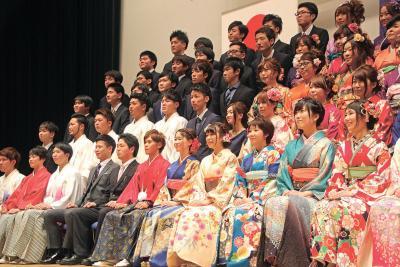 県内トップ切り 桃生で成人式 52人が節目 笑顔で祝う これからは恩返しへ