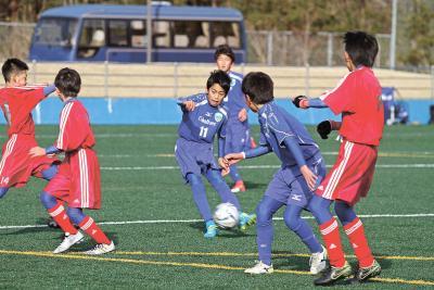 石日杯・明治高サッカーが開幕 12チーム 頂点目指して 初蹴りから熱戦連発