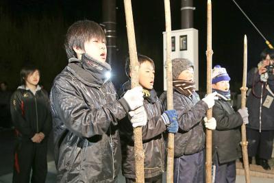"""宮戸月浜の伝統行事 えんずのわり鳥追い 福を呼ぶ""""神の使い""""男児4人 来年以降は3人で継続"""