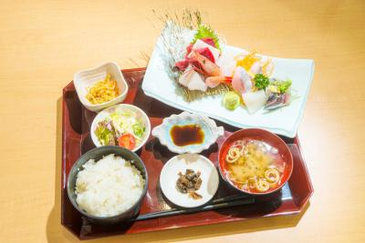 女川市場食堂 市場直送でお手頃価格 食堂メニューを一新 刺身や煮魚など豊富