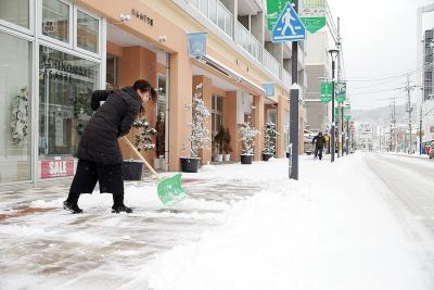 朝早くから通りで雪かきに追われる...