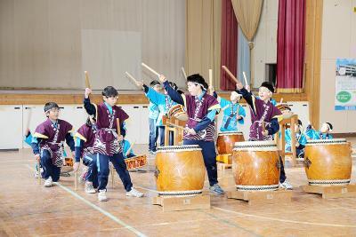 校舎との別れを惜しみながら、勇壮な太鼓演奏を披露した子どもたち