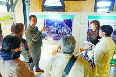 訪れた市民に解説する加藤教授(左から3人目)ら