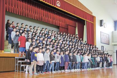全校児童244人が歌声と心を一つに...