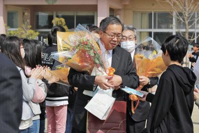 石巻地方で離任式 釜小 横江校長ら退職、転任 別れの春に感謝の花束