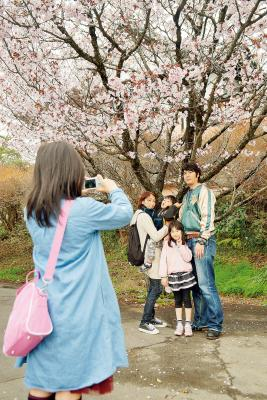 家族で記念撮影をするなど満喫する...
