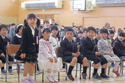 出会いの春 入学式シーズン 向陽小 59人が元気に「ハイ」 友達いっぱい作ろうね!