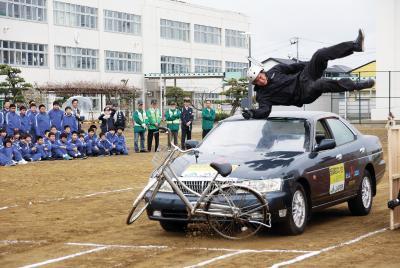スタントマンが衝撃再現 矢本第二中学校 気迫で事故防止を強調