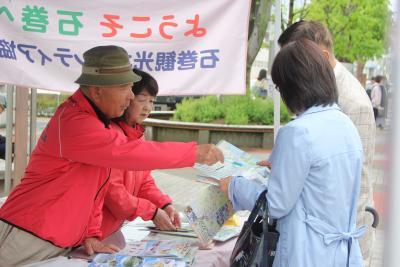 駅前で元気にもてなし 石巻観光ボラ協会 「元気いちば」など案内