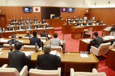 大川小訴訟上告 市議会が審議  賛否流動的なまま臨時会開会 採決は議員の起立で実施