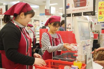 食品レジでは実際の買い物客に手際...