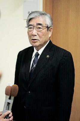 報道陣の質問に答える亀山市長