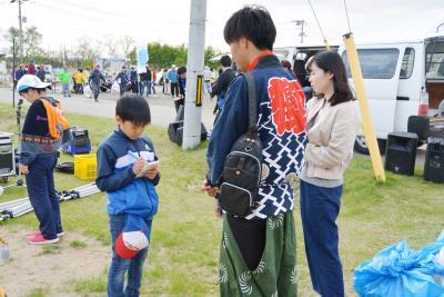 プロジェクト共同代表の伊藤健人さん(右)を取材するケイシロウ記者(左)