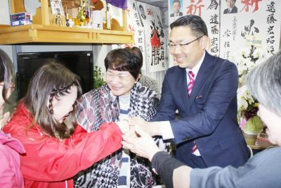 当選を決め、握手を交わす遠藤さん