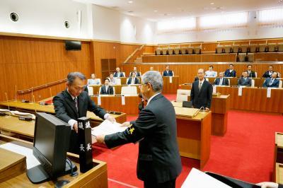 齋藤委員長から当選者に証書が手渡...