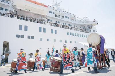 迫力の和太鼓演奏で乗船客を歓迎