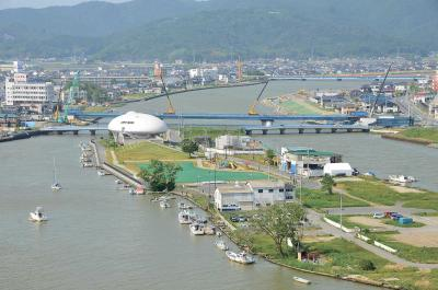 日和山から見下ろす中瀬周辺の旧北上川。上流側の両岸が、新しい内海橋の橋げたで結ばれた