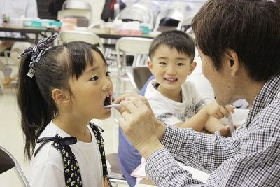多くの家族連れが正しい歯磨きにつ...
