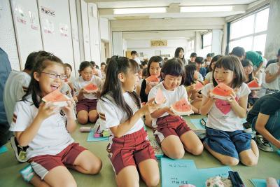 向陽小で食育授業 スイカの甘さに笑顔と歓声 名産地・千葉のJAが協力